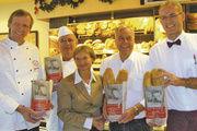 Schirmherrin Bischöfin Kirsten Fehrs mit Obermeister Jan-Henning Körner, Hartmut Körner, Ehrenmitglied der Innung Hamburg sowie den Gastgebern Hartwig und Stefan Böse von der Stadtbäckerei am Gänsemarkt (von links).