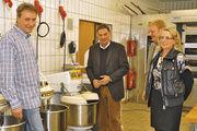 Die Obermeister Wegener und Bente freuen sich mit Landrat Rüdiger Butte und Schulleiterin Gisela Grimme über die neue Ausstattung.