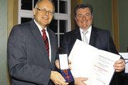 Ehrenlandesinnungsmeister Walter Augenstein (r.) hat von Enzkreis-Landrat Karl Röckinger das Bundesverdienstkreuz am Bande verliehen bekommen.