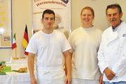 Fachlehrer Oswald Koch mit den nach Italien entsandten Lehrlingen Tim Keil und Alessio Cammarata (von rechts).