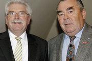 LIM Heinrich Traublinger (rechts) bittet Bayerns Wirtschaftsminister Martin Zeil um Unterstützung im Kampf gegen das Farbbalken-Barometer.