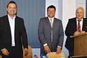 Mit dem verkündeten Ergebnis hatten sie gut lachen (v.l.): die GF Alexander Kraus und Michael Gareis mit AR-Vorsitzendem Wolfgang Rhein.