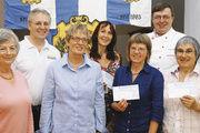 Spendenübergabe: Obermeister Fritz Trefzger (2. von links) mit Edda Holzmayer (von links), Christa Prey, Angelika Baumeister (Hospizgruppe Schopfheim), Heidi Kuttler, Heiner Rexrodt und Jutta Vincent.