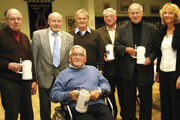Obermeister Norbert Magin (2.v.l.) und Geschäftsführerin Vera Wolf durften gleich fünf Mitglieder zum Goldenen Meister ernennen.