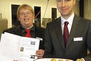 Hendrik Westphal (links) und Fabian Krüger haben für ihre Abschlussarbeit gefüllte Brötchen gewählt.