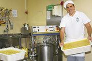 Ob Creme, Füllung oder Brandmasse – Karl-Dietmar Plentz stellt mit dem Cremekocher von Rego Herlitzius alles traditionell her. Dank Einfülltrichter muss die Maschine beim Zugeben nicht abgestellt werden.