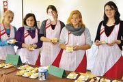 Verkaufslehrlinge aus dem dritten Jahr mit Blechkuchen, die zugunsten der Aktion verkauft wurden.