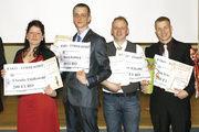 Claudia Fijalkowski, die beste Verkaufsleiterin mit Marco Kubick, Yves Klitzing und Jan Irmscher (Mitte, von links) umrahmt von René Groh, Marketingleiter der Bäko Ost (links) und Wolfgang Hesse (rechts), die die Förderpreise überreichten.