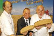 Obermeister Manfred Kerschbaum mit AOK-Direktor Norbert Kettlitz und Brotprüfer Manfred Stiefel (von rechts).