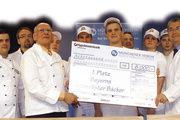 Die Wettbewerbsteilnehmer mit der Jury und Vertretern aus Handwerk und Wirtschaft. In der Mitte Gesamtsieger Matthias Neuhold (mit Scheck).