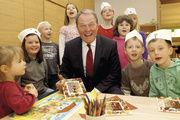 Dr. Wolfgang Heubisch, Bayerischer Staatsminister für Wissenschaft und Forschung macht Kindern Themen rund um die Ernährung schmackhaft.