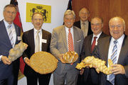 Intensiver Informationsaustausch (v. l.): Johannes Singhammer, Dr. Wolfgang Filter, (GF LIV Bayern), ZV-Präsident Peter Becker und Hans-Joachim Blauert (LIM Berlin-Brandenburg), Franz Obermeier und Ernst Hinsken.