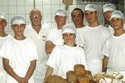 """Die Bäckerlehrlinge in Albanien profitieren mit dem Ladenbackofen von der jüngsten Spende der Aktion """"Brot gegen Not""""."""