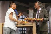 Humor gehört bei den Pro Mensch-Foren dazu: Moderator Peter Weckesser (rechts) mit einem Spaßmacher.