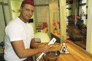 An einem sauberen Arbeitsplatz mit einem netten Lächeln auf den Lippen: Der Bäcker in der Dresdner Bäckerei Ullrich zeigt den Kunden, wie ihre hochwertigen Waren hergestellt werden.