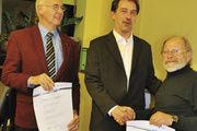 Obermeister Cord Buck gratuliert Alfred Zwick (rechts) und Heinrich Wolkenhauer (links) zum 50-jährigen Meisterjubiläum.