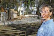 Birgit Jenner zeigt stolz ihre geliebte Waldbühne, auf der sie schon in vielen Rollen geglänzt hat.