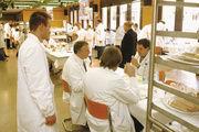Blick in den Prüfungsraum bei einer DLG-Brotprüfung, wo die Qualität der eingereichten Produkte aus Expertensicht beurteilt wird.