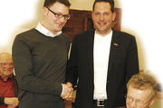 Gratulation zur Wahl: Jochen Meyer (stehend rechts) mit Andreas Böhm, rechts neben ihnen Harald Böhm.