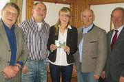 Obermeister Egbert Windhager (zweiter von rechts) zeichnete Annabell Greiling (Mitte), die beste Bäckereifachverkäuferin Deutschlands aus. Es gratulierten außerdem (von links) Kreishandwerksmeister Sepp Eichner, Ausbilder Anton Eicher sowie Anton Ste