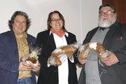 Öffentlichkeitsbeauftragter Hans-Jörg Kleinbauer, Verbandsgeschäftsführerin Sabine Hensler und Landesinnungsmeister Roland Schaefer präsentieren das Saarland-Brot und animierten die Kollegen, mit dieser Kreation bei den Kunden zu punkten.