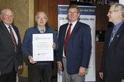 Willi Hofmann bekam eine Ehrenurkunde für 40 Jahre Meisterschaft im Bäckerhandwerk. Mit ihm freuten sich Kreishandwerksmeister Will Arndt (links), OM Siegfried Gebhardt und stellv. OM Heinz Krauß (von rechts).