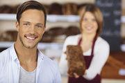 Fakten statt blumige Sprache: Verkäuferinnen sollten Männern gegenüber wenig Adjektive verwenden.