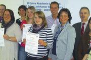 Erfolgreiche Absolventen: Unter ihnen Julian Kasprowicz als Kursbester und Kursleiterin Petra Scharfscheer (5. und 4. v. r.).