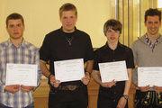 Internationale Erfahrung gesammelt: Schulleiter Arnulf Kleinle (rechts) war zusammen mit fünf Austauschlehrlingen, die stolz ihre Urkunden zeigen, zu einem einwöchigem Austauschaufenthalt in der Bretagne.