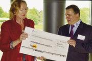 Landesobermeister Roland Ermer übergab Sigrid Winkler-Schwarz, Referentin für Grundsatzfragen des Diakonischen Werkes Sachsen, einen Spendenscheck über rund 28.000 Euro aus der Aktion Stollenpfennig 2011.