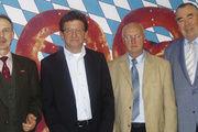 Heinrich Traublinger (r.) und Dr. Wolfgang Filter (l.) danken Volker Weigand (2. v. r.) und Egid Egerer (2. v. l.) für ihr langjähriges Engagement.