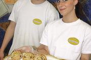Ofenwarme Schnecken gingen zum Abschluss des Bäcker-Praxis-Projektes über den improvisierten Ladentisch.
