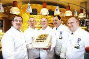 Zur Premiere hatte Hans-Rainer Auffenberg eine Torte gebacken, die im Laufe der Pressekonferenz offiziell angeschnitten wurde. Mit von der Partie war ein Großteil der Obermeister des Bäckerinnungsverbandes Westfalen-Lippe.