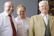 Sänger-Vorstand Rudi Hammerbacher (links) gratulierte Kurt Bock zum 80. Geburtstag; in der Bildmitte Mariele Bock, die Gattin des Jubilars.