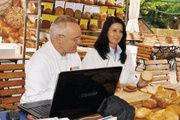 Brotprüfer Michael Isensee und seine Assistentin Beate Woycik waren mit dem Ergebnis der getesteten Backwaren sehr zufrieden.