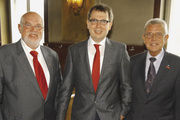 HWK-Präsident Heinrich Mosler (rechts) und Manfred Kerschbaum (links) gratulierten Christian Albert zur Wahl.