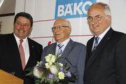 Aufsichtsratsvorsitzender Alois Mensing und Geschäftsführer Ulrich Bücker bedankten sich bei dem, in den Ruhestand getretenen, Betriebsberater Fritz Potthast.