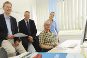 Frank Arzenheimer, Mirko Oeltermann, Martin Mikolajczak und campamedia-Mitarbeiterin Carina Conrad (von links) bei einer Besprechung.