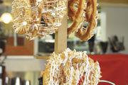 Hängt sie höher: Die Butterbrezeln auf Augenhöhe der Kunden. Ein Blickfang mit Genussversprechen (gesehen in Australien).
