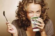 Snacks schnell, sauber und verzehrsgerecht verpacken: Der Snack-Aufreißer von Schreyer (links) verbindet einfaches Handling und Hygiene. Für den Coffee-to-go gibt es bei Meyer/Stemmle drei Bechergrößen.