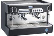 Die kompakte Siebträgermaschine gibt es in schwarz oder weiß.