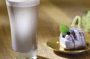 """Exotische Kombination: """"Aronia- Sahne-Dessert"""" und """"Aronia Latte""""."""