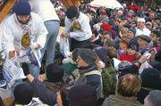 Bäckermeister René Krause hat den Riesenstollen mit dem 1,60 Meter langen und zwölf kg schweren Riesenstollenmesser angeschnitten und präsentiert gemeinsam mit Stollenmädchen Cynthia Brozek dem Publikum das erste Stück. Tausende Besucher waren gekomm