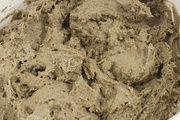 Kostbares Gut: Wenige Gramm eines reifen Vollsauers reichen als Anstellgut aus, um mit der enthaltenen Mikroflora sowie Mehl und Wasser einen neuen Anfrischsauer herzustellen. Rechts: Fermentation nach 20 Stunden Reifezeit.