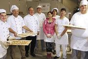 Stolz auf ihre herzhaften Flammkuchen: die Bäcker-Azubis mit ihren Lehrern Gerhard Sehatschek (2.v.l.) und Peter Greller (3.v.l.).