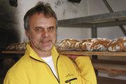Bäckermeister Johannes Mehl mit Broten aus dem gemauerten Holzbackofen. Lucia Mehl sensibilisiert ihre Kunden für gesunde Lebensmittel, wie Brot und die Rundstücke in Langzeitführung.