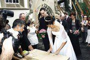 Von der Kirche ging's nach der Hochzeit durch das Brezel-Spalier. Dann forderte Berndt Hartmann vom BFV Aaron und Anja zum Brezelschlingen auf.