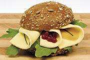 Bäckereien mit einem umfangreichen Snacksortiment können mit Käsekompetenz punkten. Betriebe sollten dabei ihre Auswahl an belegten Brötchen unbedingt auch mit Spezialitäten spicken.