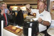 """Den Klassiker """"Currywurst"""" bot Meister Blumberg in neuen praktischen Gebinden an. Ulrich Bücker zeigte sich mit der Ebäcko-Hausbörse sehr zufrieden."""