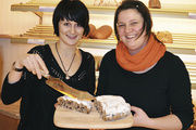 Therese Lenhart (links) und Mandy Scholz präsentieren den 2012 erstmals gebackenen Aronia-Stollen im Hauptgeschäft der Bäckerei Hübner (großes Foto). Beim Aroniafest bot Mandy Scholz die Aronia-Brote an.